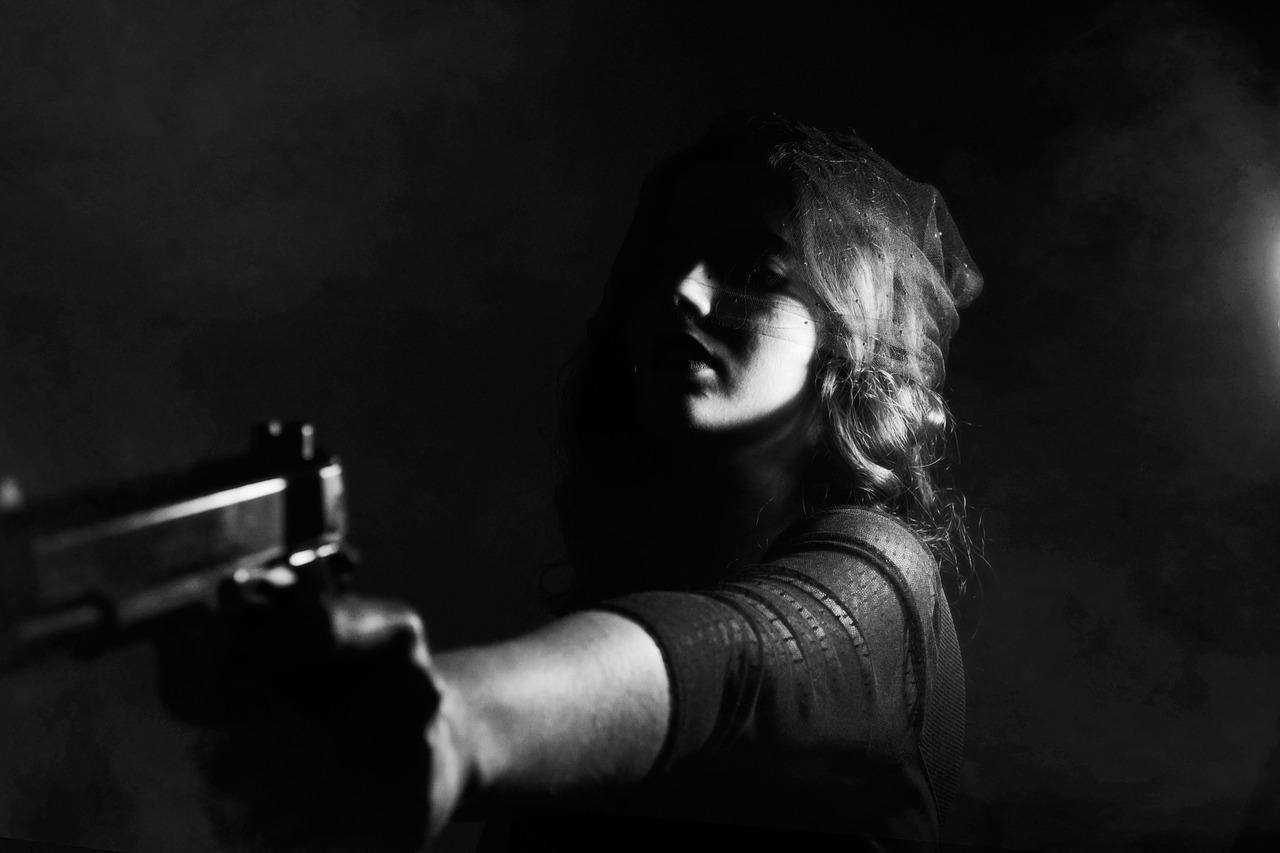 女の子 銃 脅迫