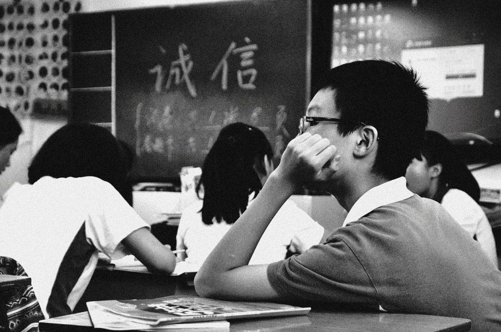 学校 黒板 白黒